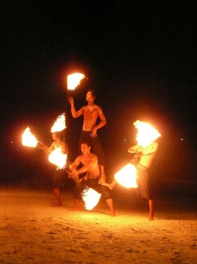2569-fire-twirlers-hat-sai-kaew-koh-samet